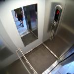 pohled do malé výtahové kabiny